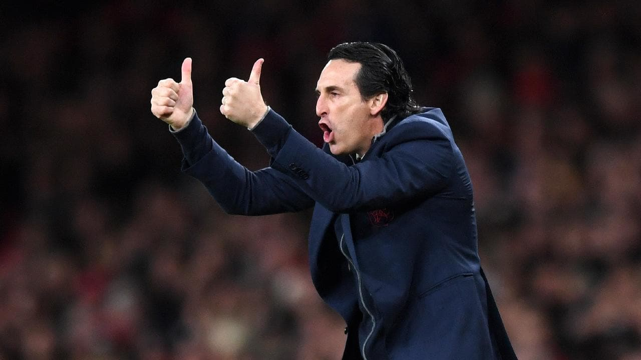 Unai Emery gives his players two thumbs up