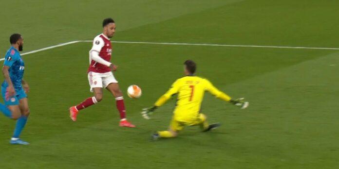 Aubameyang clean on goal misses a shot against Olympiakos